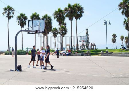 LOS ANGELES USA - AUGUST 22 2017: People playing basketball in Venice Beach. Editorial.
