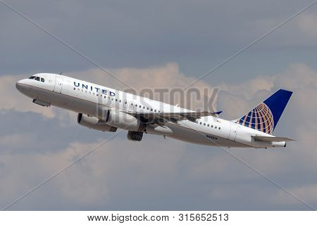 Las Vegas, Nevada, Usa - May 8, 2013: United Airlines Airbus A320 Airplane Departing From Mccarran I