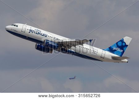 Las Vegas, Nevada, Usa - May 8, 2013: Jetblue Airways Airbus A320 Aircraft Taking Off From Mccarran