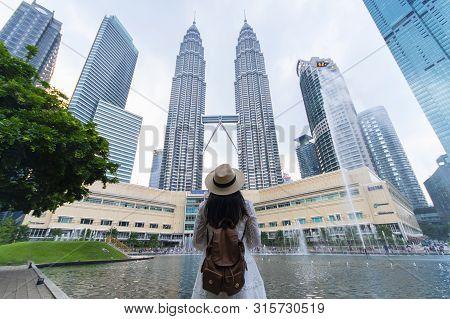 Kuala Lumpur, Malaysia 25/7/2019 A Woman Tourist Is Sightseeing The Petronas Twin Tower Klcc In Kual