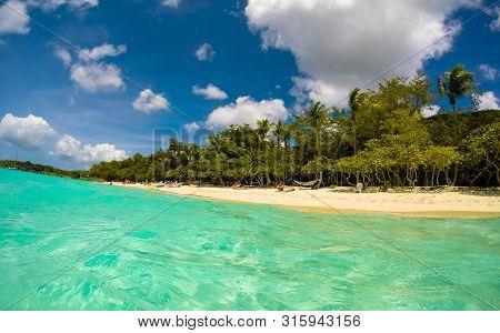 Us Virgin Islands, Usa – 2019. Tourists On Honeymoon Beach In St John - Us Virgin Islands.
