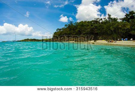 Us Virgin Islands, Usa - 2019. Tourists On Honeymoon Beach In St John - Us Virgin Islands.