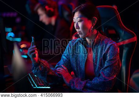 A Young Blogger Was Allowed To Enter The Training Base Of Esports Athletes, She Conducts A Live Broa