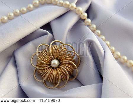 Beautiful women's vintage gold brooch, with bright natural pearls.