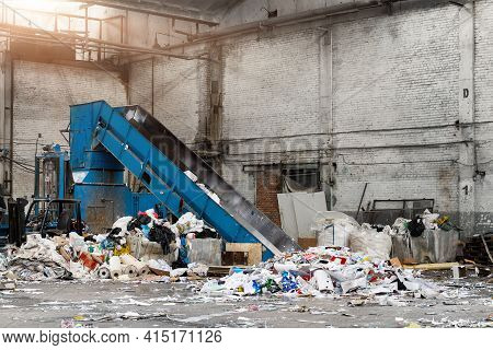 Shreding Wastepaper Mill Conveyor Belt For Recycling Paper Wrap, Garbage And Cardboard Against Bales