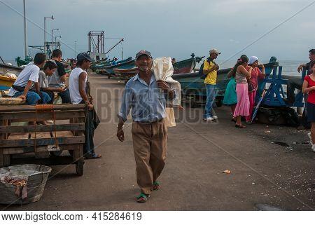 La Libertad, El Salvador. 11-18-2019. Beautiful Scene Of The Port Of La Libertad With A Fishermen Re