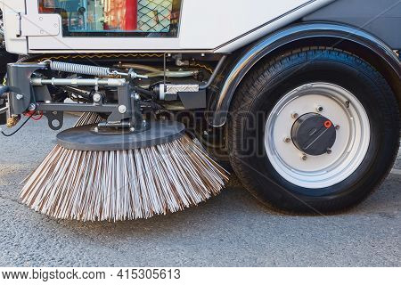 Sweeping Equipment For Routine Year-round Municipal Street And Highway Sweeping.big Round Brush Of S