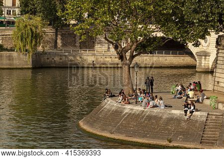 Paris-france 06-13-2010: Parisians Are Enjoying The Beautiful Weather By Sitting On The Banks Of Sei