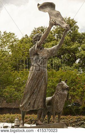 Savannah, Ga, Usa 07-04-2018: The Waving Girl Statue Of Florence Martus On The Riverfront Of Savanna