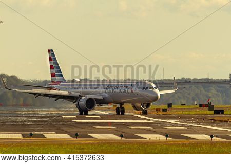 Washington Dc, Usa 10/03/2020: Ronald Reagan National Airport. An Airbus A321 Passenger Airplane Ope