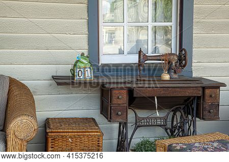 Chesapeake City, Md 08/25/2020: Close Up Image Of A Rusty Antique Hand Crank Singer Sewing Machine P