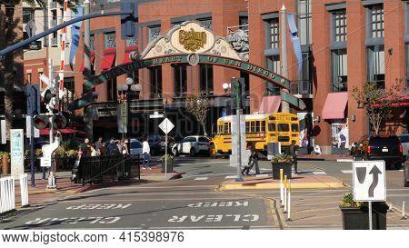 San Diego, California Usa - 13 Feb 2020: American Yellow School Bus, Street In Downtown. Schoolbus S