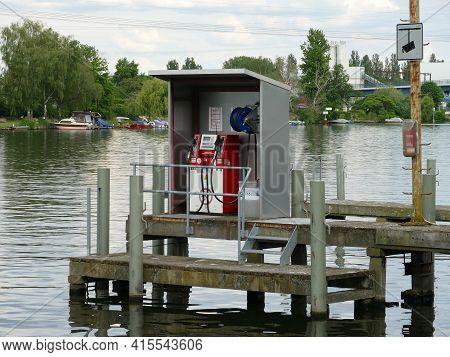 Bootstankstelle Mit Steg An Der Spree Im Plänterwald, Berlin-treptow