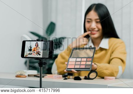 Asian Teenage Girls Doing Makeup Vlogs And Using A Video Mobile Camera To Record Vlogs And Publish T