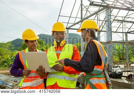 Team Work Construction Engineer Technician And Worker Control In The Construction Of Roof Structures