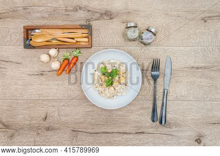 Risotto with fresh cream, salted chicken, rehydrated chips and mushrooms