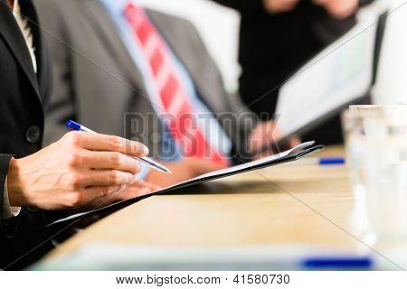 Business - Firmen haben eine Besprechung oder einen Workshop mit Präsentation im Büro, sie verhandeln oder