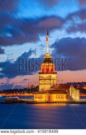 Istanbul, Turkey. Twilight Scenic Sunset On Bosphorus With Famous Maiden's Tower (kiz Kulesi). Sceni