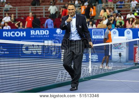 KUALA LUMPUR - SEPTEMBER 28: Umpire Mohamed Lahyani of Sweden preps up his linesmen before the semi-final match of the Malaysia Open 2013 played at the Putra Stadium, Malaysia on September 28, 2013.