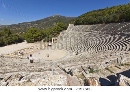 Antiguo anfiteatro de Epidauro en el Peloponeso, Grecia