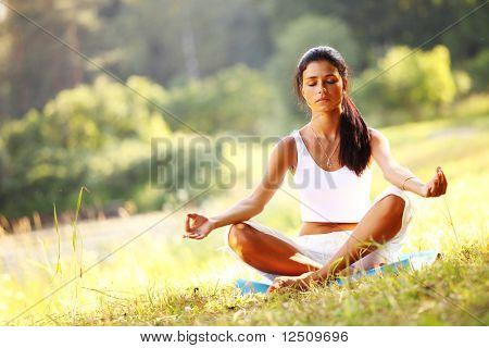 Йога женщина на зеленой траве