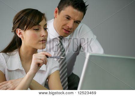 Funcionários olhando para computador portátil