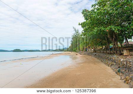 Long Stane Wall At Hat Nopparat Thara Beach Krabi