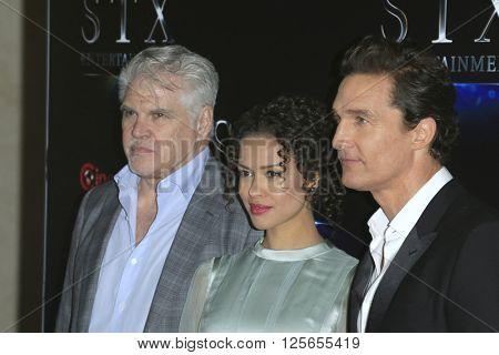 LAS VEGAS - APR 12:  Gary Ross, Gugu Mbatha-Raw, Matthew McConaughey at the STX Photocall - Cinemacon at the Caesars Palace on April 12, 2016 in Las Vegas, NV