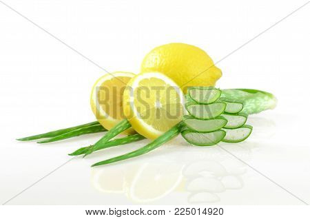 Aloe Vera Gel And Lemon Juice For Natural Skin Cleanner.