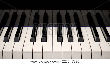 piano keyboard notes black and white frets reflected