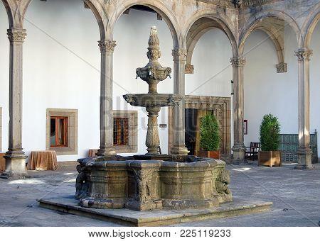 Fountain in the interior courtyard of the Hostal de los Reyes Catolicos built in 1499 as a hospital for sick pilgrims - Santiago de Compostela, Galicia, Spain, 5 September 2007