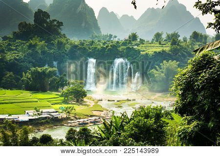 Ban Gioc Detian Falls with unique natural beauty on the border between China and Vietnam
