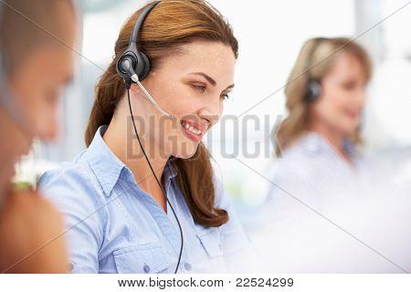 Usar auriculares de empresaria
