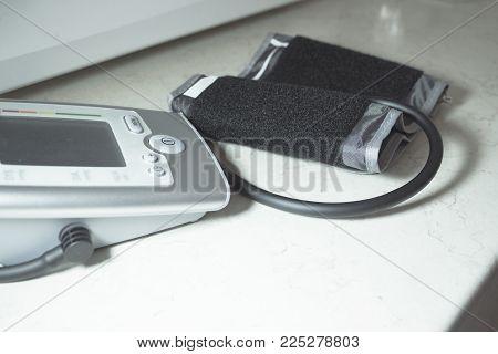 Blood pressure machine to measure blood pressure