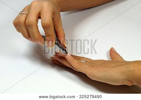 Cutting the skin at the nails, cutting cuticles