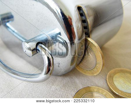 to throw money into the piggy bank, to give children the habit of being frugal and piggy bank pictures,