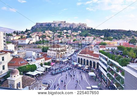 Monastiraki Athens Greece, May 30 2017: Monastiraki Square And Acropolis View Athens Greece. Editori