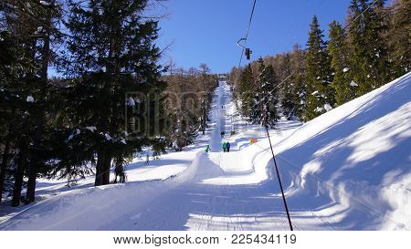 Skilift Im Herrlichen Skiressort Eischoll In Den Walliser Bergen. Durch Die Wälder Hoch Und Auf Vers