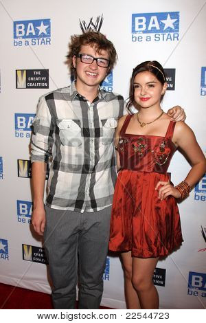LOS ANGELES - AUG 11:  Angus T Jones, Ariel Winter arriving at the