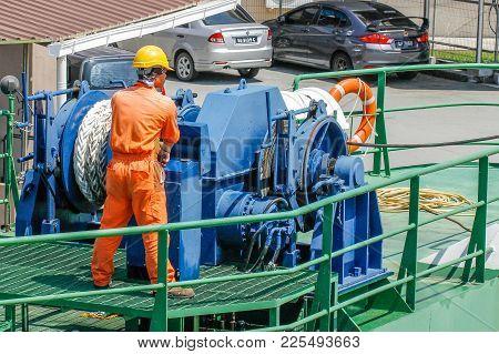 Labuan,malaysia-feb 2,2018:worker Vessel Controlling The Hydraulic Ship Winch Mechanism With Hawser