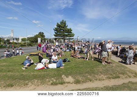 Swansea, Uk: July 07, 2017: Delighted Families And Spectators Sit On The Grass Near Swansea Beach To