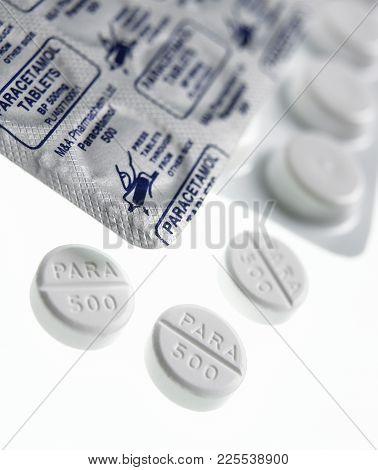 Cleckheaton, West Yorkshire, Uk: Paracetamol Pain Killer Tablets On White Background, Circa 2007, Cl