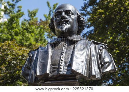 London, Uk - August 11th 2017: A Bust Of Famous Playwright William Shakespeare, Located In The Garde