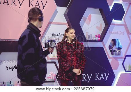 Maru Kay Stand To A Young Woman At The Ukrainian Fashion Week