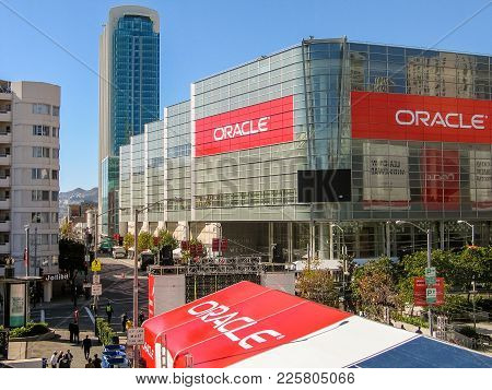 San Francisco, Ca, Usa - Nov 11, 2007: Attendees Of Oracle Open World Conference Go To  Moscone Cent