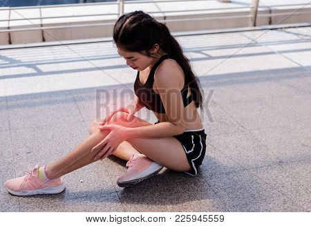 Sport women has inflammation and swelling cause a pain the sore knee, sport physical injuries when w