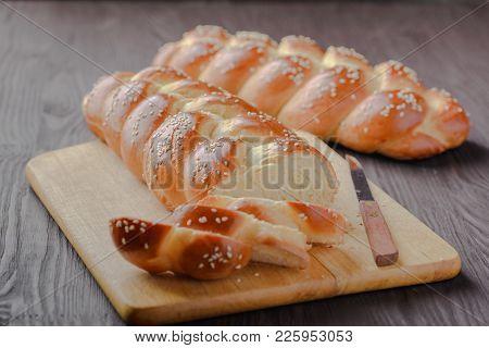 challah,Jewish bread,homemade baking,traditional Jewish bread,Jewish pastries,bread pigtail