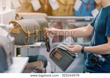 Male Photographer Choose Camera Bag That Is Suitable For The Size Of The Camera Used In Photoghaphic