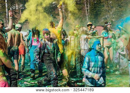 Sheregesh, Kemerovo Region, Russia - April 13, 2019: A Group Of A Young People Throwing Colorful Hol
