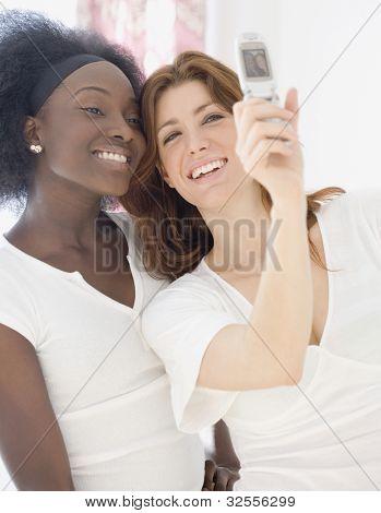 zwei Frauen Fotografieren mit Handy